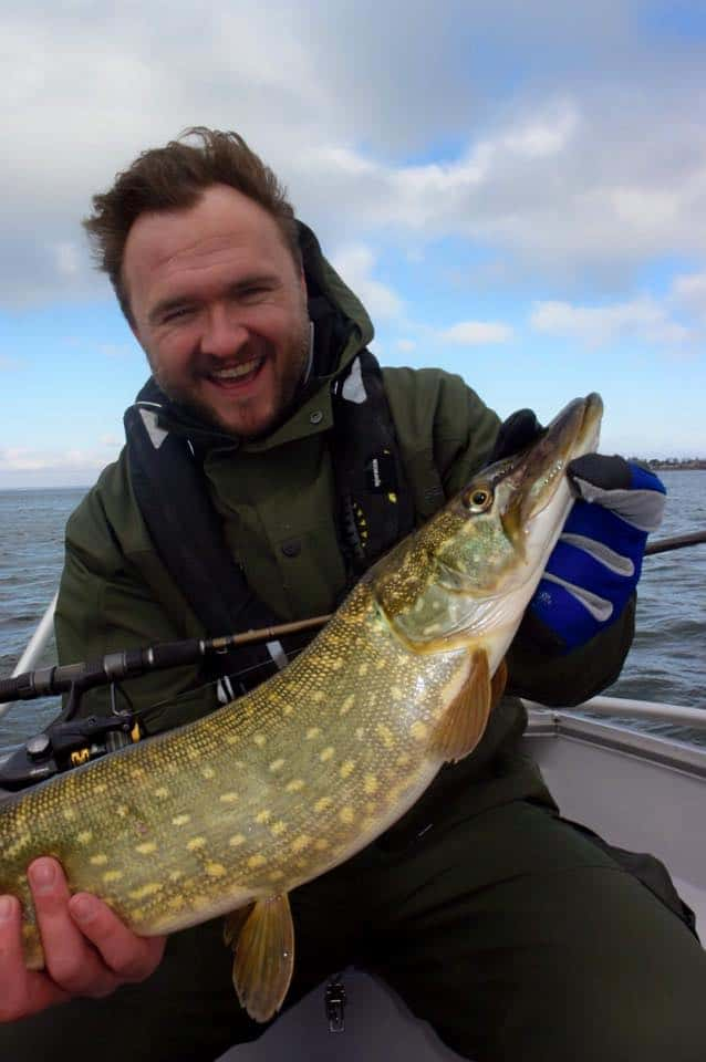 Et frisk billede af fødevareminister Dan Jørgensen med en brakvandsgedde, som efter fangst og foto blev lovformeligt genudsat