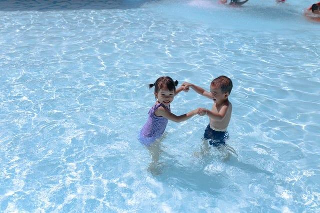 Sikkerheden skal være i orden når man bader med børn
