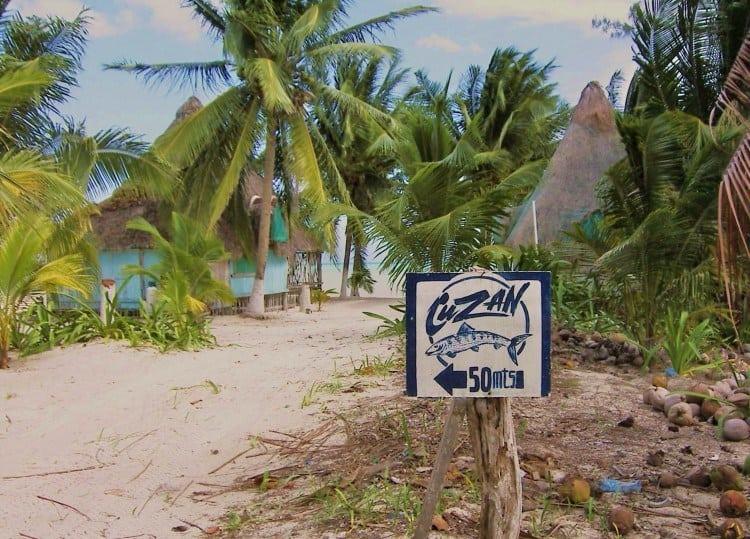 Små, håndmalede skilte viser vej i byen på stranden