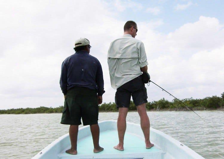 Når der fluefiskes fra båden, skiftes lystfiskerne til at stå i stævnen