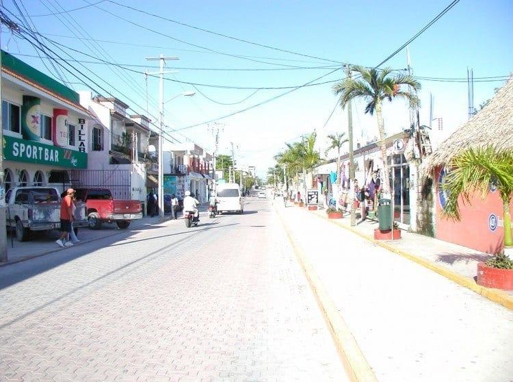 Der er ikke meget at standse efter i de søvnige provinsbyer langs Maya-Rivieraen. Postkort og solbriller er der nok af, men frimærker? Næh nej