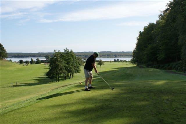 Tange Sø danner en malerisk baggrund for golfbanen med 18 huller
